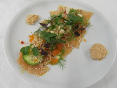 Sashimi von der Forelle mit Rettich und Gurken