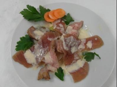 Vitello-Tonnato mit geschmorten Zwiebeln